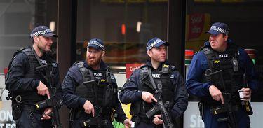 Polícia britânica vigia o Borough Market, em Londres, onde aconteceu um atentado terrorista no último sábado (3 de junho)