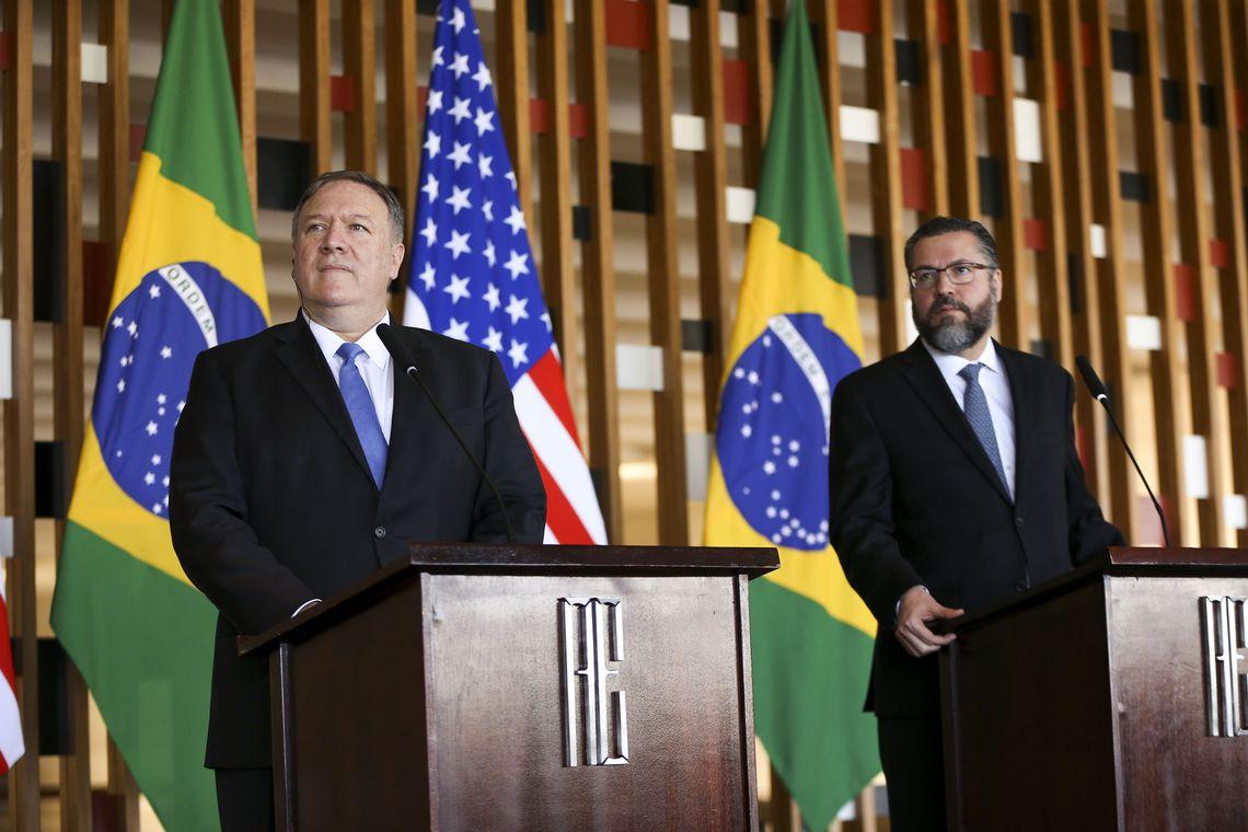 O novo chanceler brasileiro, Ernesto Araújo, e o secretário de Estado dos Estados Unidos, Mike Pompeo, durante entrevista coletiva no Palácio do Itamaraty.