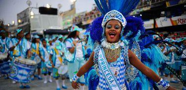 Integrantes da escola de samba mirim Herdeiros da Vila desfilam no Sambódromo da Marquês de Sapucaí