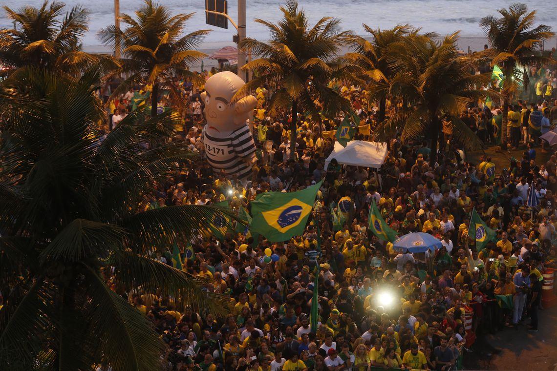 Eleitores acompanham apuração em frente à casa de Jair Bolsonaro (PSL), na orla da Barra da Tijuca.
