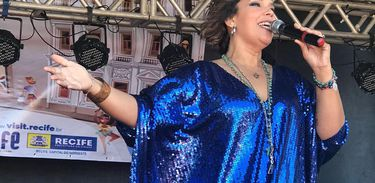 A faixa Verão da TV Brasil recebe a cantora Adriana B