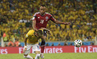 O zagueiro colombiano Zú iga atinge o atacante brasileiro Neymar (Manu Fernandez/AP/Direitos Reservados)
