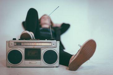 Menina ouvindo rádio