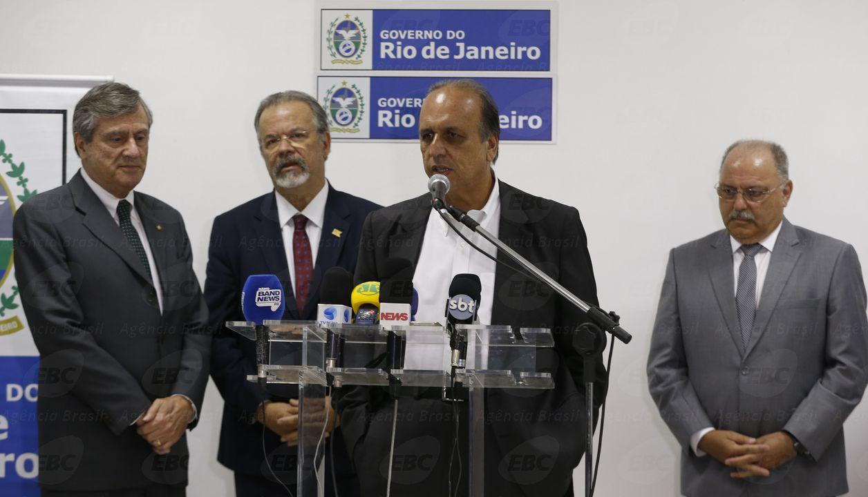 Rio de Janeiro - O governador Luiz Fernando Pezão fala após reunião no Palácio Guanabara para discutir segurança pública no Rio de Janeiro  (Tomaz Silva/Agência Brasil)