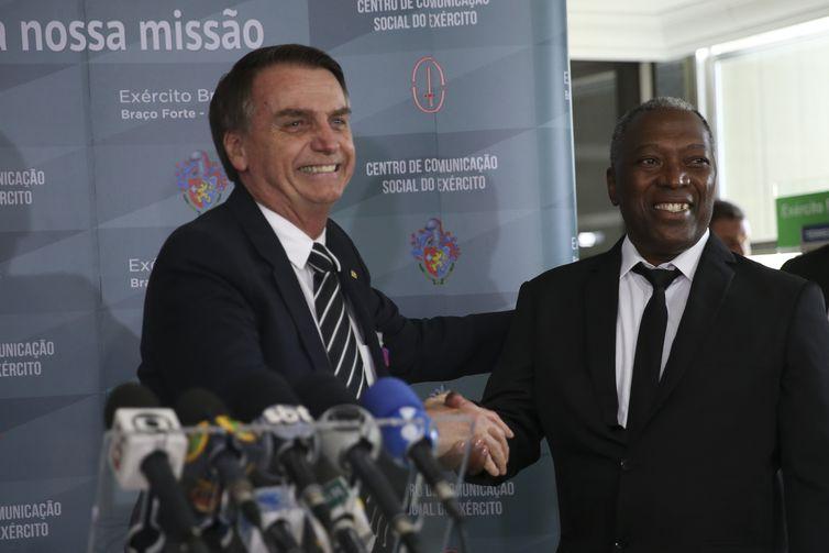 O presidente eleito Jair Bolsonaro, durante coletiva de imprensa, cumprimenta o ex-soldado Luiz Morais, no Quartel-General do Exército, em Brasília.