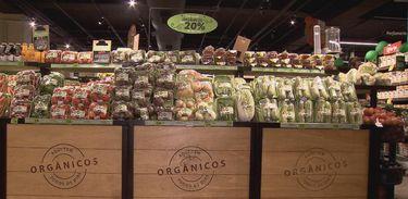 Bancada de produtos orgânicos em supermercado