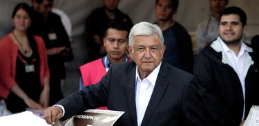 México: eleições presidenciais. O candidato presidencial Andres Manuel Lopez Obrador deposita sua cédula de voto durante a eleição presidencial na Cidade do México.