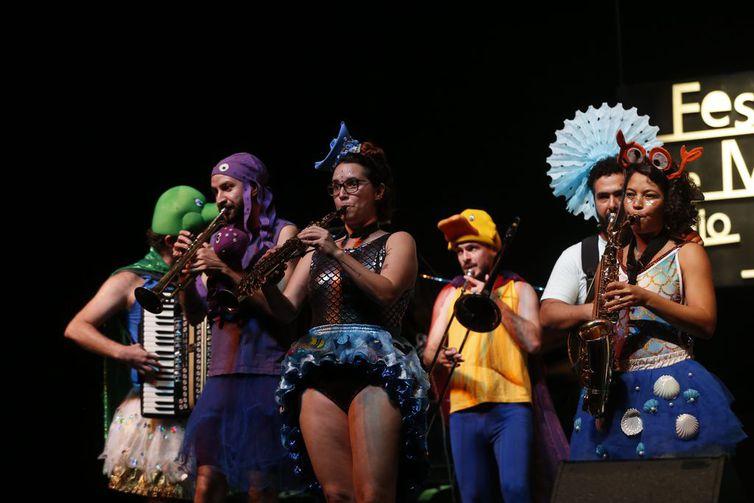 Apresentação do bloco de carnaval infantil Mini Seres do Mar no Festival de Música Rádio MEC 2018