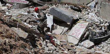 Deslizamento no Morro da Boa Esperança. Vítimas foram soterradas quando uma rocha se partiu, levando junto casas, árvores e muita lama, na madrugada de sábado (10) -
