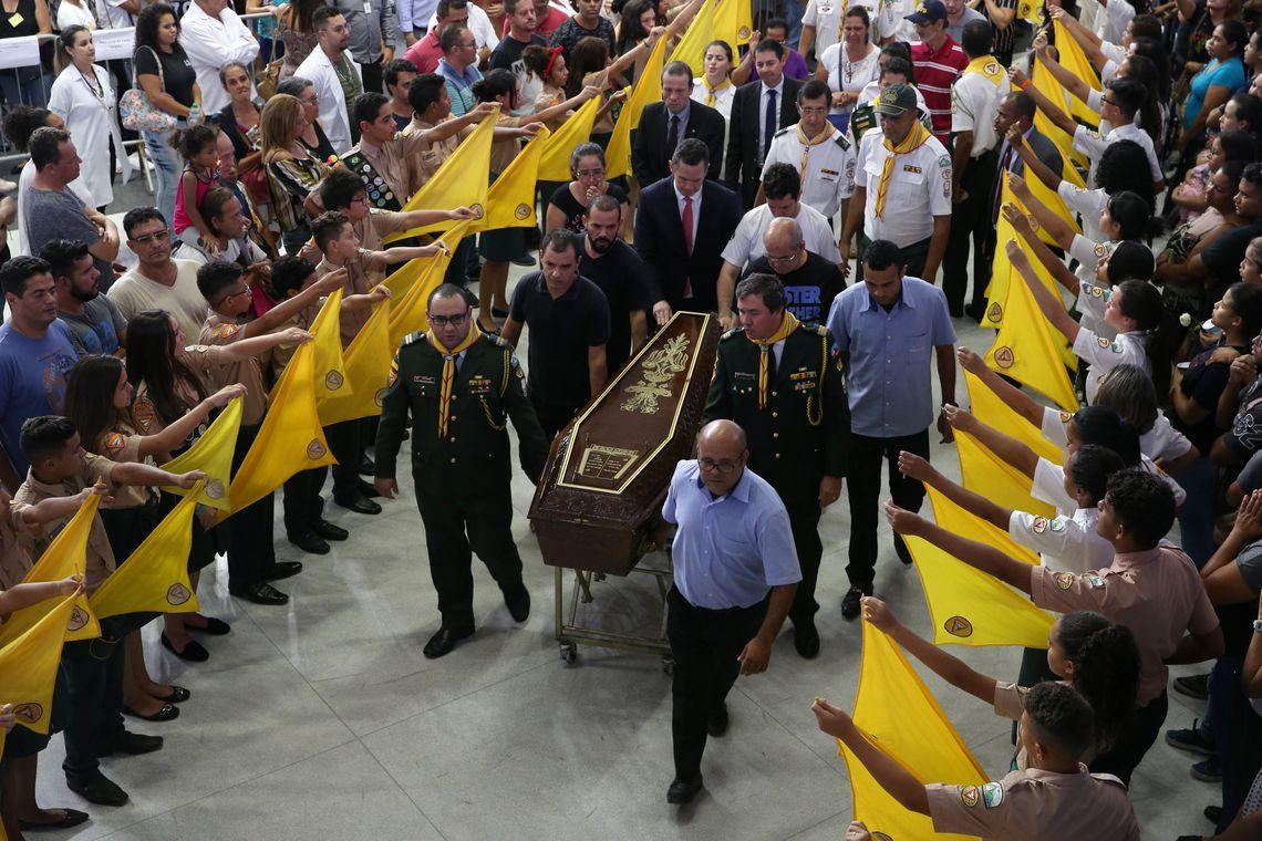 Caixão de uma das vítimas mortas em um tiroteio na Escola Raul Brasil, em Suzano, durante funeral coletivo.