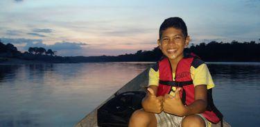 Samuel conhece árvores e rios da tribo do Atuka, em Maués