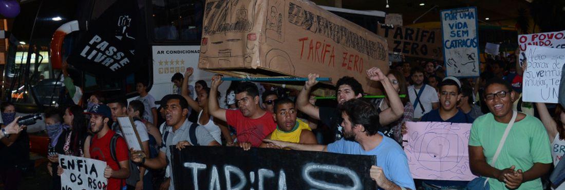 Em protesto, brasilienses pedem tarifa zero e passe livre para o transporte coletivo