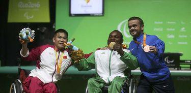 Nigeriano Roland Ezuruik vence a competição de halterofilismo masculino até 54kg e leva o ouro