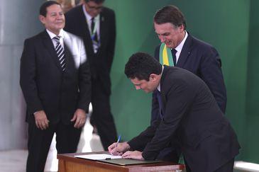 O presidente Jair Bolsonaro empossa o ministro da Justiça e Segurança Pública, Sérgio Moro, durante cerimônia de nomeação dos ministros de Estado, no Palácio do Planalto.