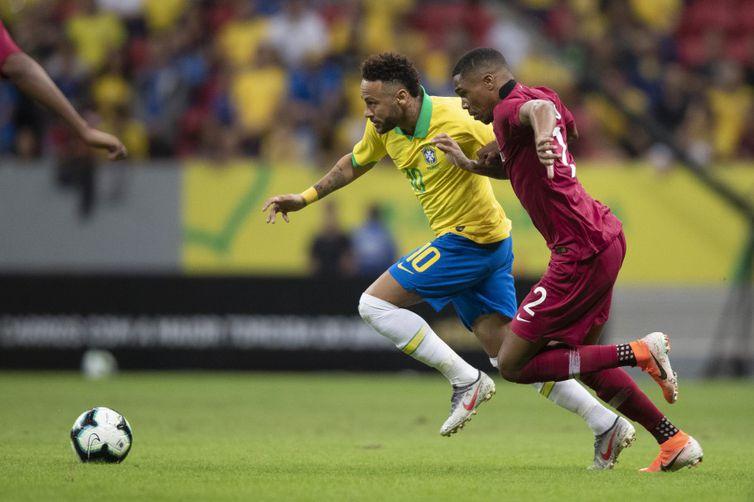 Neymar sofreu um entorse no tornozelo e deixou o campo ainda no primeiro tempo