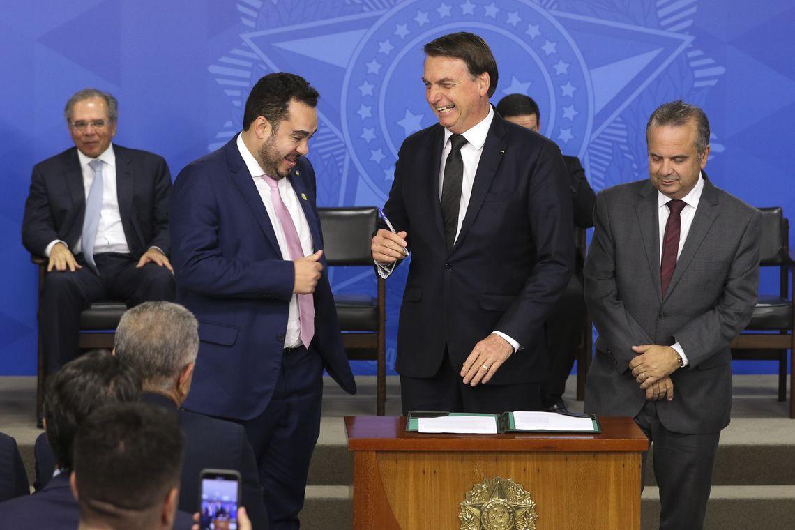 O ministro da economia, Paulo Guedes, o presidente, Jair Bolsonaro, e o deputado, Paulo Eduardo Lima Martins, participam da solenidade de Sanção da Lei de Combate às Fraudes Previdenciárias.