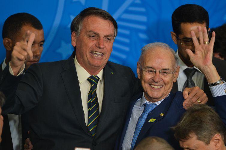 O presidente Jair Bolsonaro e o senador Arolde de Oliveira, entoam a canção da Infantaria, após solenidade de ampliação do Programa Educação Conectada nas Escolas e ato comemorativo ao Dia da Bandeira