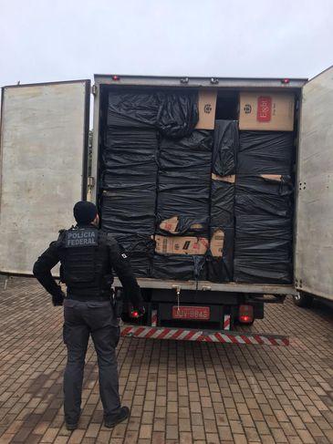 O caminhão transportava 850 caixas de cigarros do Paraguai
