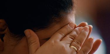 Ansiedade pode causar sensações físicas como frequência cardíaca elevada, suores, vertigens e transtornos gastrointestinais