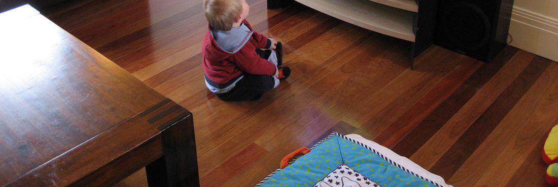 Criança assiste à televisão