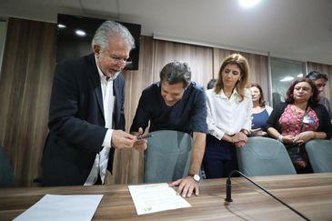 Candidato à Presidência da República, Fernando Haddad (PT), assina Termo de Compromisso elaborado pela ABI no qual garante que não vai modificar a Constituição.