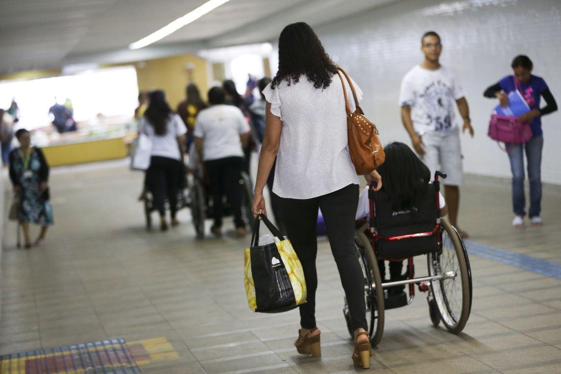 Brasília - A Coordenação de Pessoas com Deficiência (Promodef) do DF realiza atividades em comemoração ao Dia Nacional de Luta da Pessoa com Deficiência, na estação 112 Sul do metrô (Marcelo Camargo/Agência Brasil)