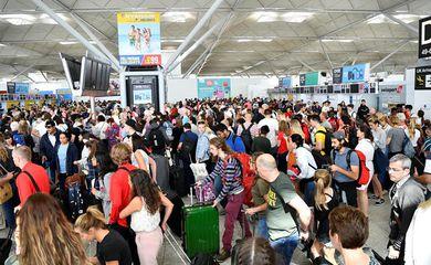 Tempestades no Reino Unido provocam atrasos em aeroportos de Londres. Na imagem, o Aeroporto de Stansted