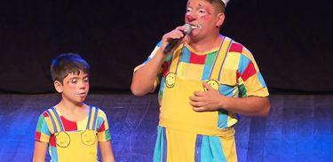 Palhaço Tchesco e palhacinho Bambino se apresentam juntos