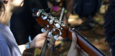 Detalhe de músicos tocando violão e cavaco