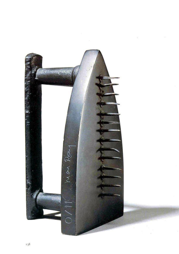 Obra The Gift do artista Man Ray exibida na exposição Invento – As invenções que nos inventaram, em São Paulo