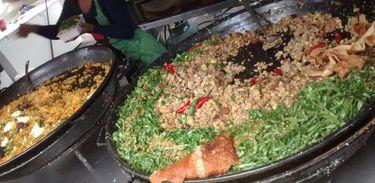 Comidas típicas como feijão tropeiro, galinhada e arroz carreteiro podem ser encontradas no festival, que vai até as 22h