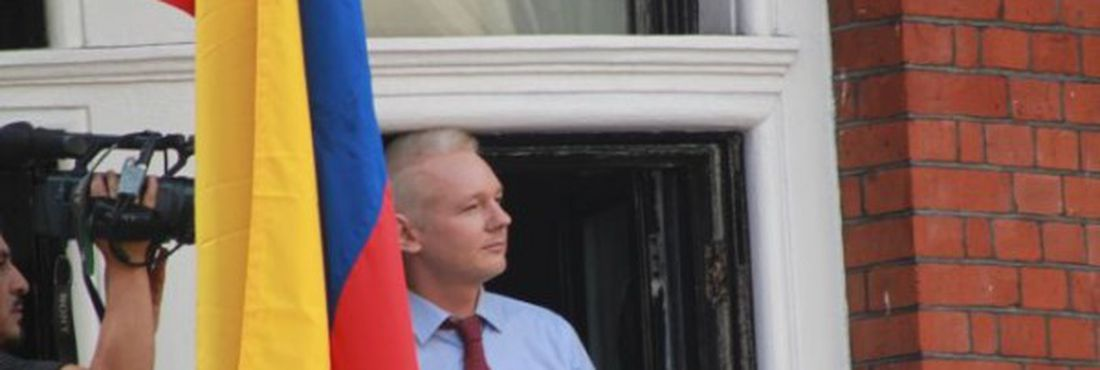 Julian Assange discursa na embaixada do Equador em Londres