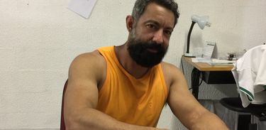 O carnavalesco Fábio Ricardo trabalha no barracão da escola - Foto Cristina Índio/Agência Brasil