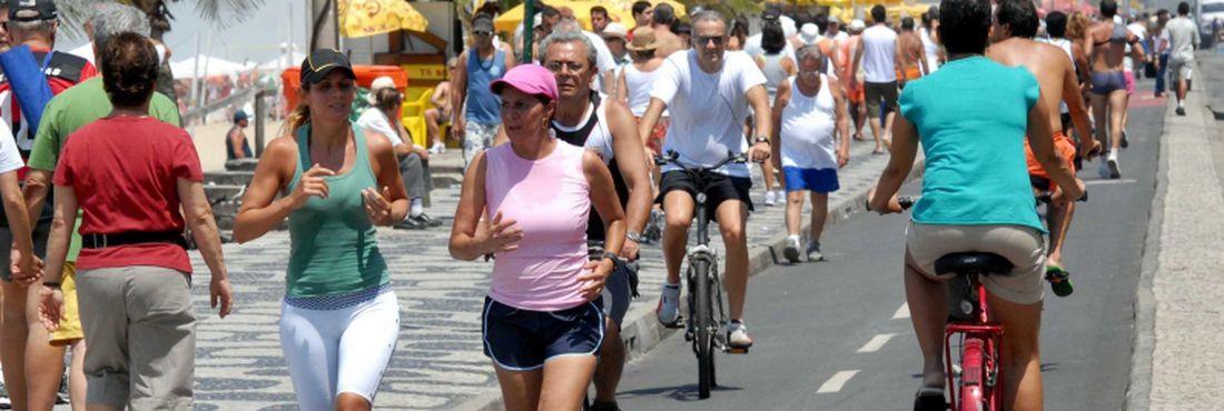 Atividades como caminhar, dançar, andar de bicicleta ou fazer tarefas domésticas surgem como alternativas para os que querem recuperar ou manter a forma física