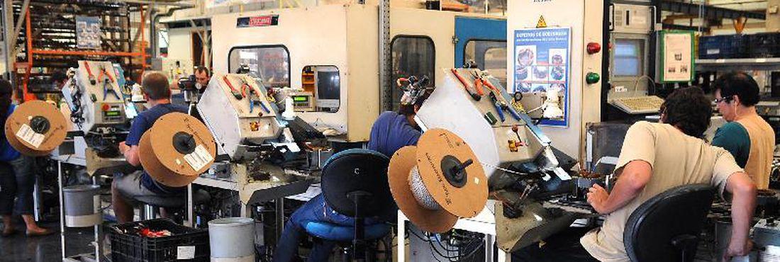 Emprego na indústria volta a cair em maio