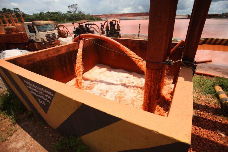 Secretaria de Meio Ambiente do Pará monitora níveis das bacias do sistema de tratamento de rejeitos nas instalações da mineradora Hydro Alunorte, acusada de ser responsável por um vazamento em Barcarena