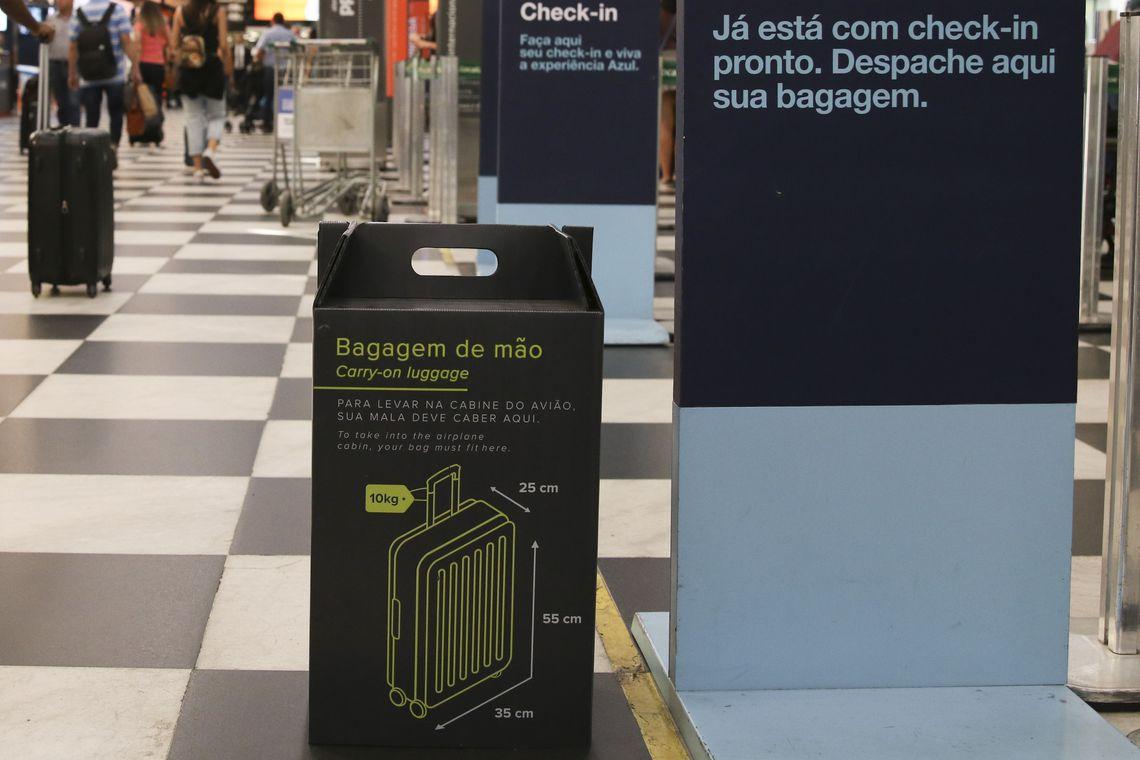 Nova regra relativa ao tamanho da bagagem de mão, que não pode exceder 55 centímetros de altura, 35 de largura e 25 de profundidade, já está em vigor no Aeroporto de Congonhas, em São Paulo.