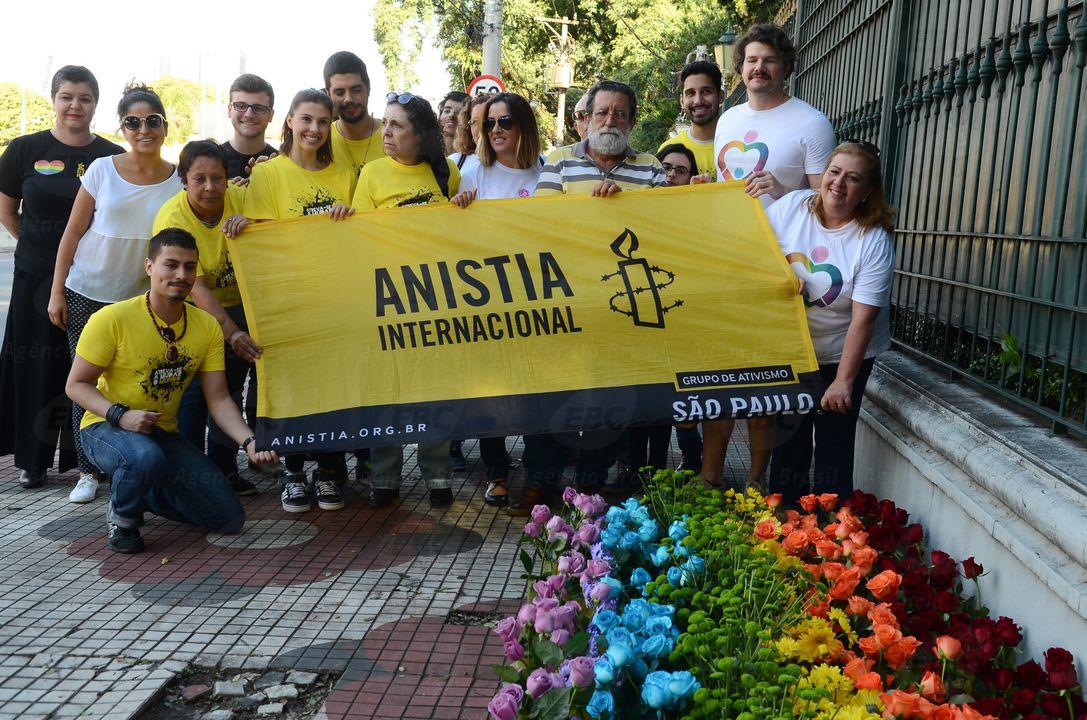 São Paulo - Ato de ativistas da Anistia Internacional no Consulado Geral da Rússia contra as violações de direitos humanos cometidas pelo governo checheno a homens homossexuais (Rovena Rosa/Agência Brasil)