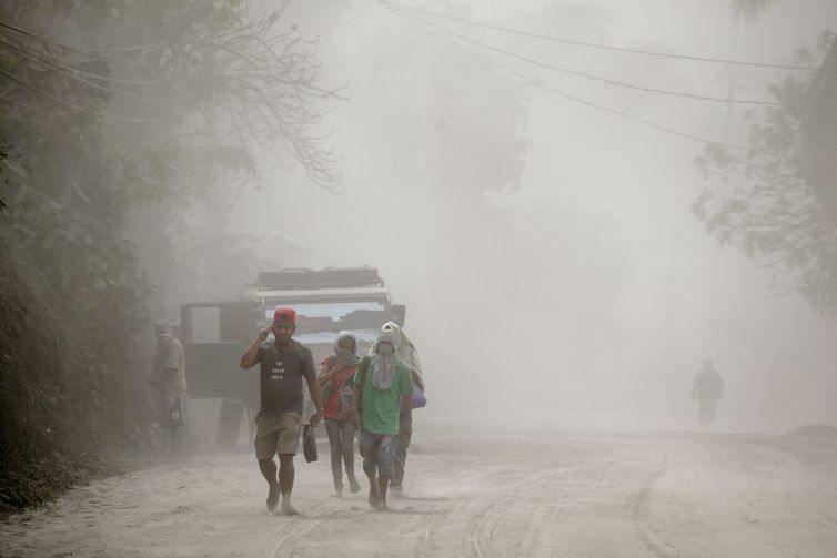 Residents living near the erupting Taal Volcano evacuate Agoncillo, Batangas, Philippines, January 13, 2020. REUTERS/Eloisa Lopez