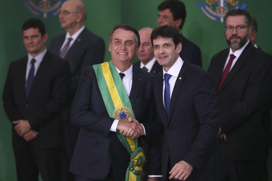 O presidente Jair Bolsonaro empossa o ministro do Turismo, Marcelo Álvaro Antônio, durante cerimônia de nomeação dos ministros de Estado, no Palácio do Planalto.