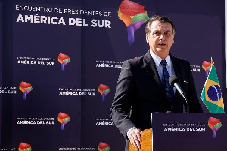 O presidente do Brasil, Jair Bolsonaro, concede entrevista coletiva ao desembarcar em Santiago, Chile.