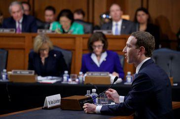 Washington (EUA) - O presidente e fundador do Facebook, Mark Zuckerberg, depõe em audiência conjunta das comissões de Comércio e de Justiça do Senado. EFE/SHAWN THEW