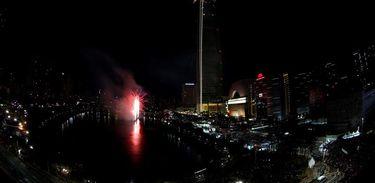 O arranha-céus Lotte World Tower, de 123 andares, teve uma explosão de fogos de artifício na festa de ano novo em Seul, na Coreia do Sul