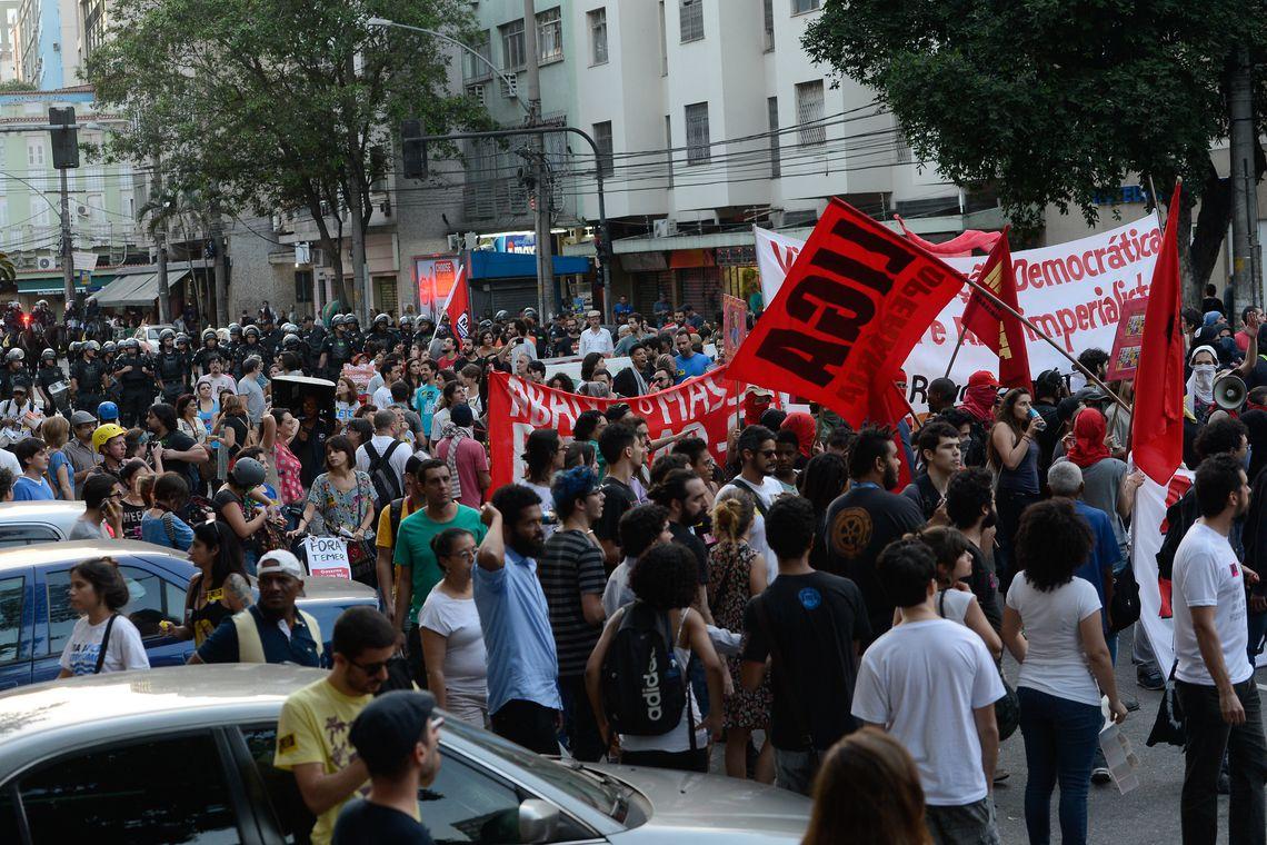 Rio de Janeiro - Manifestantes contrários às Olimpíadas Rio 2016 protestam próximo ao Estádio do Maracanã, palco da abertura dos Jogos  (Tomaz Silva/Agência Brasil)