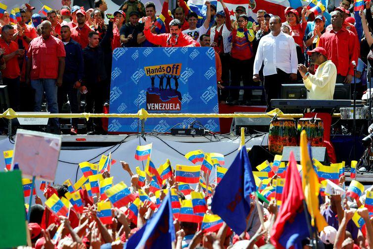 O presidente da Venezuela, Nicolas Maduro, cumprimenta os partidários durante uma manifestação em apoio ao governo em Caracas, na Venezuela