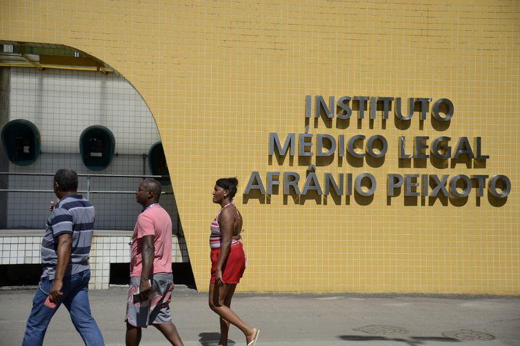 Parentes de atletas mortos no incêndio no alojamento do Centro de Treinamento George Helal, conhecido como Ninho do Urubu, chegam ao Instituto Médico Legal (IML) para reconhecer corpos dos jogadores.