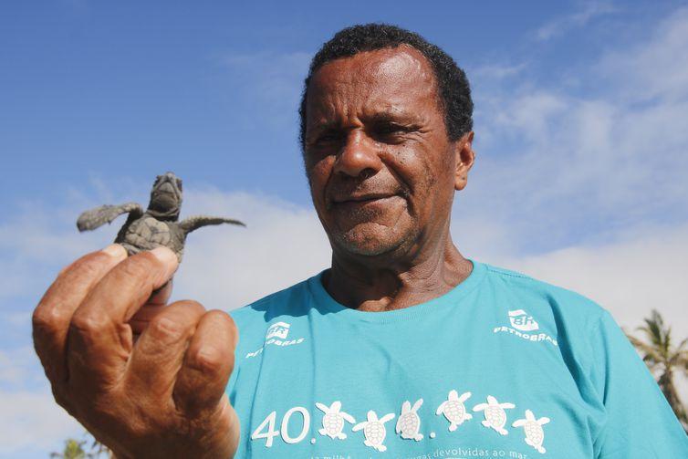 Seu Antônio, tartarugueiro que acompanha há mais de 30 anos o Projeto Tamar, que comemora marca de 40 milhões de tartarugas marinhas protegidas e devolvidas ao oceano.
