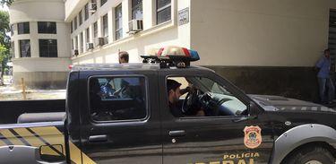 Rio de Janeiro - Agentes chegam à sede da Polícia Federal, no Rio de Janeiro, levando malotes apreendidos na 23ª fase da  Operação Lava Jato (Cristina Índio do Brasil/Agência Brasil)