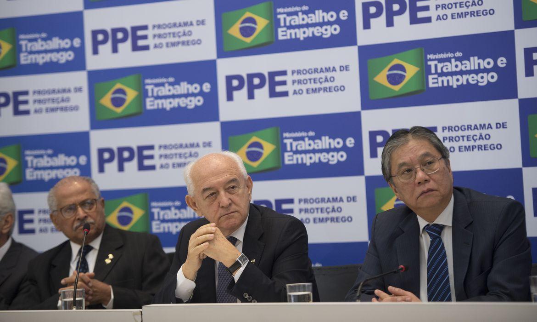 Presidente da CNTI, José Calixto Ramos, o ministro Manoel Dias, e o presidente da Anfavea, Luiz Moan, durante apresentação da regulamentação do Programa de Proteção ao Emprego   (Marcelo Camargo/Agência Brasil)