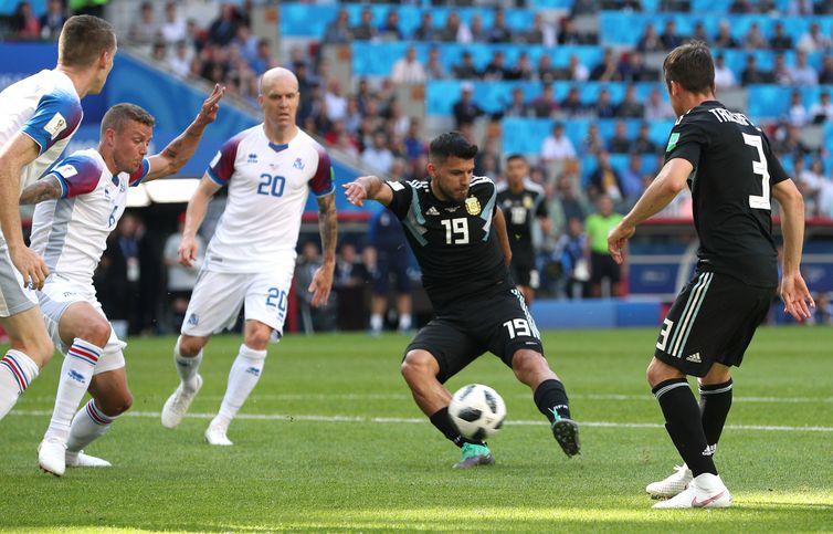 Copa 2018: Argentina e Islândia. Sergio Aguero, da Argentina, marca o primeiro gol.